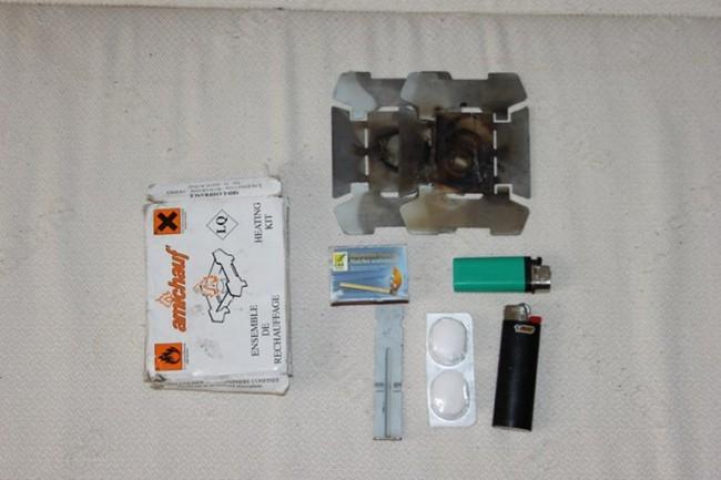 Kit de rechauffement - rechaud + pince + allume-feu + briquets + allumettes