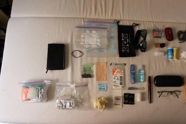 Ziploc - bande de pansements - 3 lames de rasoirs - clous de girofle - 3 paires de gants en latex - kits médocs - carnet noir