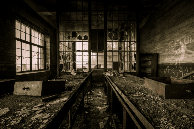 """Urbex est la contraction d' """"exploration urbaine"""". C'est l'activité qui consiste à visiter des lieux urbains abandonnés, généralement interdits d'accès."""